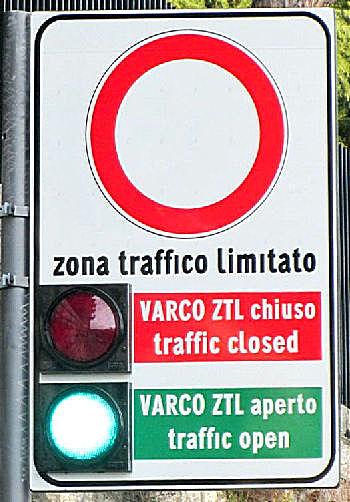 Знак ZTL в Италии